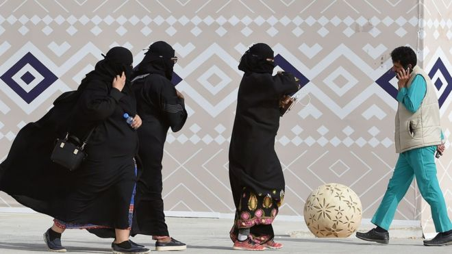 Saudi women should not have to wear abaya robes, top cleric says